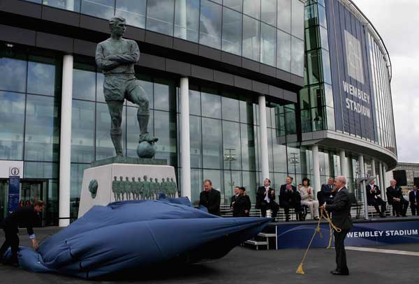 bobby moore statue at wembley stadium